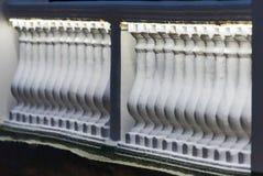 Balaustrada com luzes conduzidas na terraplenagem imagens de stock