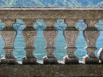 Balaustrada de pedra de Grey Italian com água no fundo imagem de stock