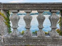 Balaustrada de pedra italiana iluminada por raios e por água do sol no fundo imagens de stock royalty free