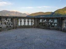 Balaustrada de pedra italiana iluminada por raios e por água do sol no fundo fotos de stock