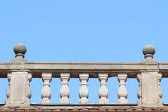 Balaustrada de pedra velha com céu azul imagens de stock royalty free