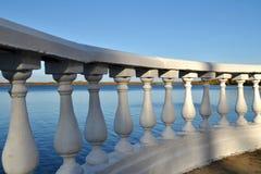 Balaustrada no parque da cidade no lago Fotografia de Stock