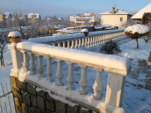 Balaustre bianche del terrazzo nella neve di spirito di inverno Immagine Stock