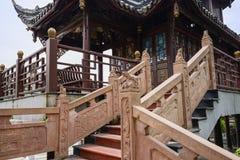 Balaustre di pietra con bassorilievo e le sculture del pavi cinese Immagine Stock