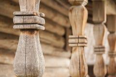 Balaustres de madera de las verjas de la terraza Fotografía de archivo