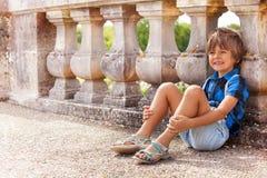 Balaustro pendente del ragazzo felice all'aperto di estate Immagine Stock Libera da Diritti
