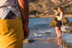 Balayage d'ultrason dans une poche arrière d'un homme photographie stock