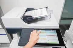 Balayage de document de début de femme par l'imprimante de bureau image stock