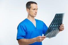 Balayage de regard professionnel médical de mri au-dessus de fond Photographie stock libre de droits