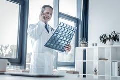 Balayage debout et de négligence de médecin sûr responsable de rayon X Photos stock