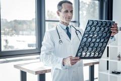 Balayage et sourire de négligence de rayon X de médecin agréable joyeux Images libres de droits
