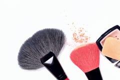 Balaye le maquillage fonctionnant de poudre de pile synthétique d'isolement sur le fond blanc Photo stock
