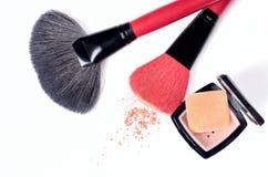 Balaye le maquillage fonctionnant de poudre de pile synthétique d'isolement sur le fond blanc Photos stock