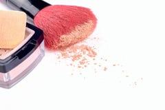 Balaye le maquillage fonctionnant de poudre de pile synthétique d'isolement sur le fond blanc Images libres de droits