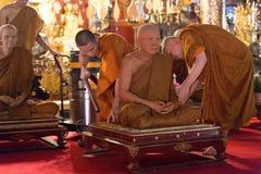balayeuse de vide d'utilisation de moine bouddhiste pour enlever la poussière du waxwor de moine photo stock