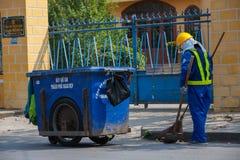 Balayeuse sur la rue du hoi, Vietnam Image stock