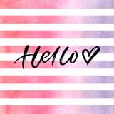 Balayez le lettrage bonjour avec le coeur sur les rayures roses d'aquarelle Image libre de droits