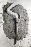 Balayez le makin une trace sur la pile de la cendre Photo libre de droits