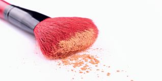 Balayez le maquillage fonctionnant de poudre de pile synthétique d'isolement sur le fond blanc Image stock
