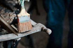Balayez le processus de la poudre et le Web, la planeuse en bois et les copeaux à l'atelier de charpentiers, vieil outil de trava Photos libres de droits