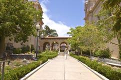 Balboaen parkerar arkitektur och trädgården Kalifornien. Arkivfoto