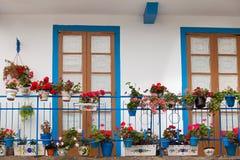 Balcão agradável com portas azuis fotos de stock