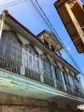 Balc?o antigo bonito cinzelado velho de uma casa europeia de madeira Arquitetura velha europeia Foto vertical fotografia de stock royalty free