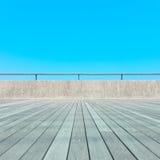 Balcão, assoalho de madeira, concreto, céu azul fotografia de stock
