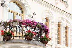 Balcão bonito com flores e indicadores da casa fotografia de stock royalty free