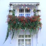 Balcão bonito decorado com flores imagens de stock