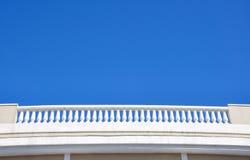 Balcão branco e céu azul imagem de stock