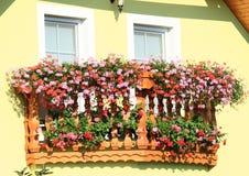 Balcão com as flores vermelhas e cor-de-rosa fotografia de stock