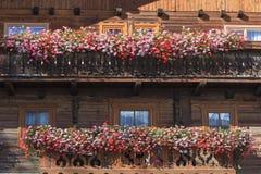 Balcão com caixas da flor imagens de stock