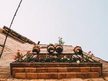 Balcão com potenciômetros de flor foto de stock