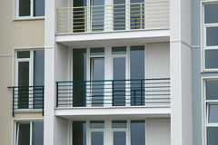 Balcão de aço inoxidável na construção moderna Imagem de Stock