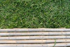 Balcão de bambu e campo de grama natural verde imagem de stock