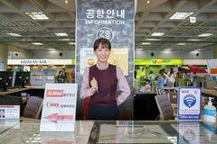 Balcão de informações no aeroporto de Gimpo imagem de stock