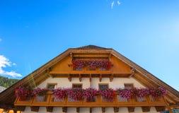Balcão de madeira típico em Sudtirol foto de stock royalty free