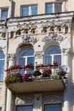 Balcão de uma construção velha e de flores em uns potenciômetros Fotos de Stock