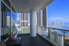 Balcão do condomínio com opinião do mar da construção do arranha-céus - pena Fotografia de Stock