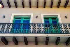 Balcão e duas janelas de vidro em San Juan, Porto Rico foto de stock royalty free