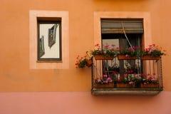 Balcão e flores em Girona Spain imagem de stock