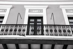 Balcão e janelas de vidro em San Juan, Porto Rico imagem de stock royalty free