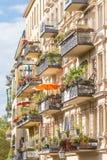 Balcão europeu tradicional com flores e os vasos de flores coloridos Fotos de Stock