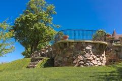 Balcão exterior do ponto de opinião de pedra decorativa do pátio traseiro do estilo antigo no jardim Imagens de Stock
