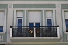 Balcão moderno da construção com novas janelas e cerca Fotos de Stock