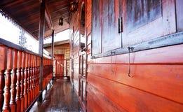 Balcão novo de Tailândia da casa de madeira imagens de stock royalty free