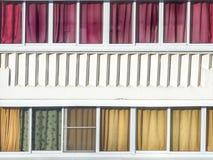 Balcão que vitrifica com as cortinas e o architectura coloridos de matéria têxtil imagem de stock royalty free
