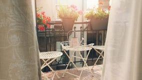 balcão romântico com as caixas e as cortinas da flor que fundem no vento filme