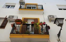 Balcão só decorado com flores azuis em uma rua na Espanha, Sevilha, a Andaluzia - parede branca com no fundo foto de stock royalty free